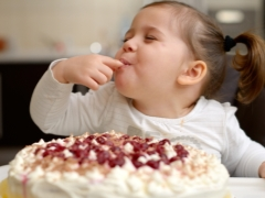 С какого возраста можно давать сахар ребенку?