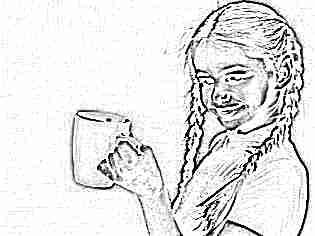Девочка пьет кофе