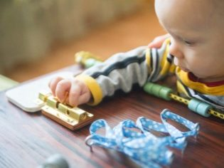 Картинки по запросу ребенок бизиборд