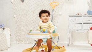 Со скольки месяцев можно ребенка сажать в ходунки и стоит ли это делать?