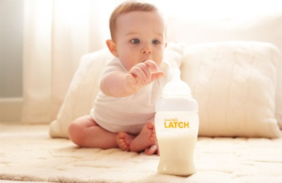 Ребенок пьет детские смеси с мальтодектрином