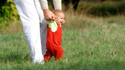 Поддерка малыша - учим ходить