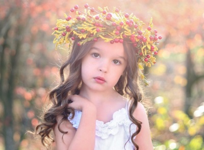 Красивая девочка с венком