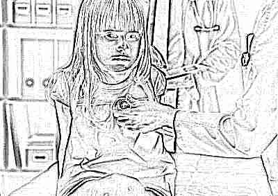 Осмотр девочки доктором в поликлинике