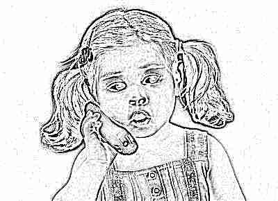 Ребенок разговаривает по телефону