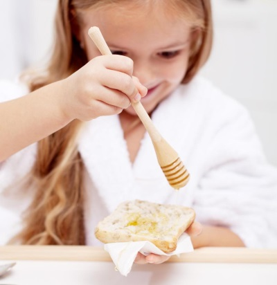 Мед ест девочка