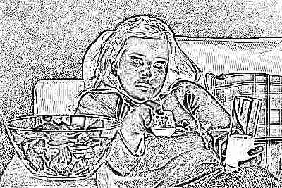 Девочка перед телевизором с колой и чипсами