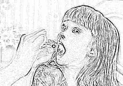 Девочка пьет антибиотики