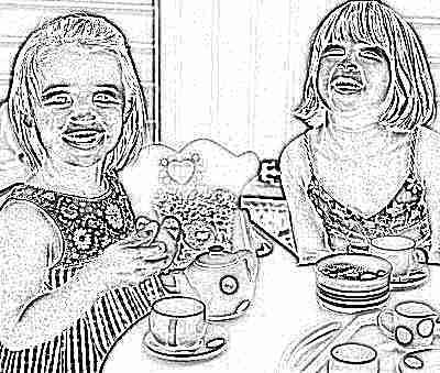 Девочки пьют чай