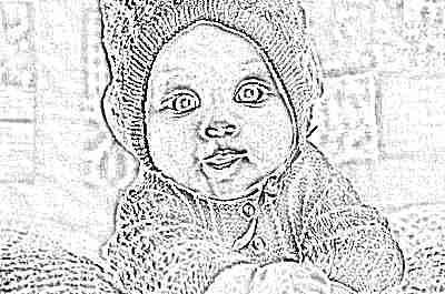 Красивый малыш в желтой одежде