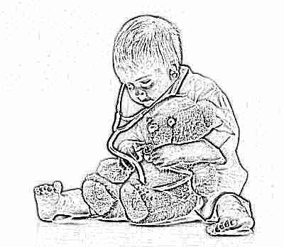 Мальчик играет в доктора с игрушкой