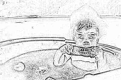 Мальчик купается в ванне с термометром для воды