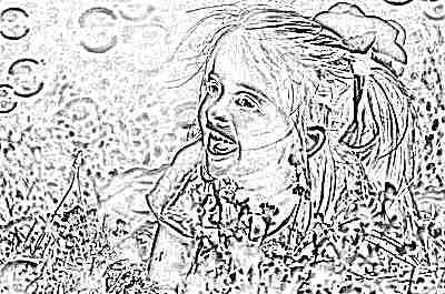 Девочка с мыльными пузырями на поле