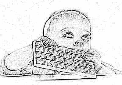 Ребенок ест шоколадку
