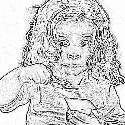 Девочка ест пребиотический йогурт