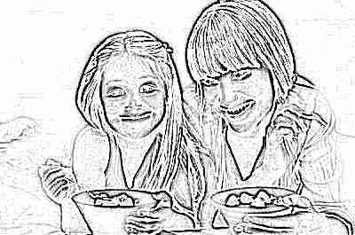 Мама и дочка едят продукты с пребиотиками