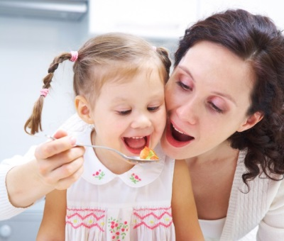 Ребенок с мамой ест