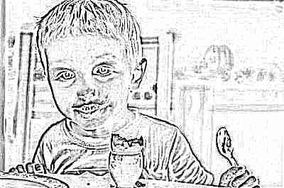 Ребенок ест яйца