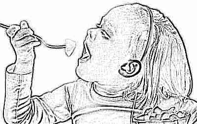 Ребенок ест фруктовый салат