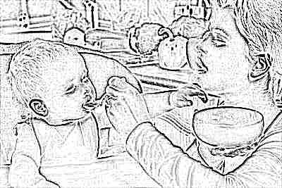 Меню ребенка 11 месяцев - мама кормит из ложечки