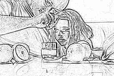 Свежевыжатый сок из апельсина готовит ребенок с папой