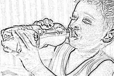 Ребенок пьет газировку