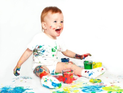 Ребенок в 1,5 года играет с красками