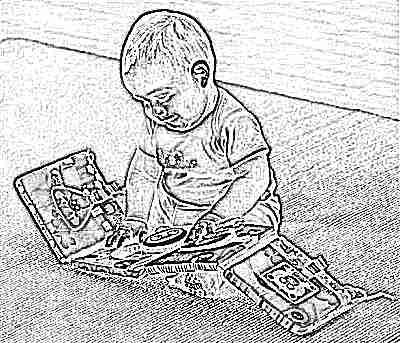 Ребенок смотрит тканевую книгу