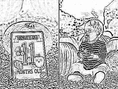 Ребенок 11 месяцев сидит на траве с тыквами на улице