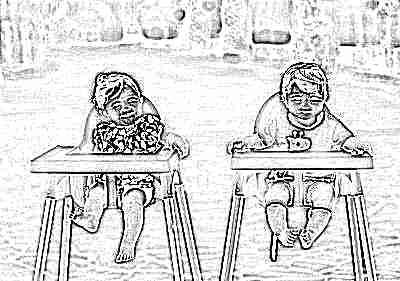 Дети в 11 месяцев на стульях для кормления