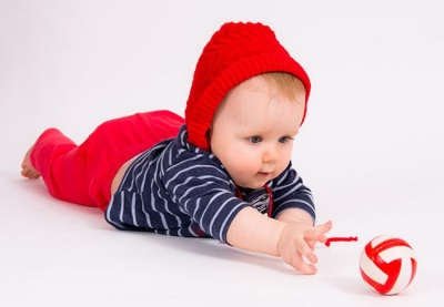 Ребенок тянется к игрушкам