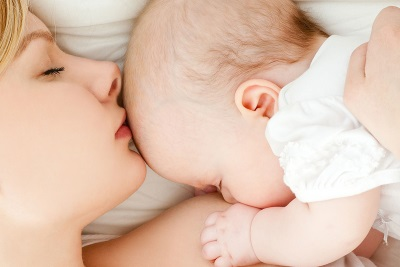 Мама и ребенок 5 месяцев лежат вместе