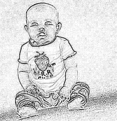 Девочка сидит в 9 месяцев