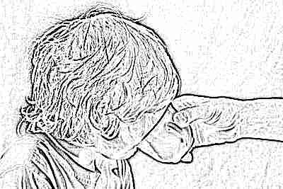 Ребенок пьет средство от рвоты