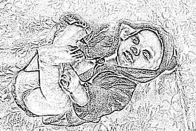 Красивый грудной ребенок на кровати лежит