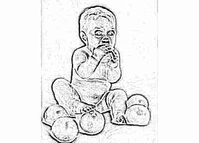 Ребенок кусает кожуру апельсина
