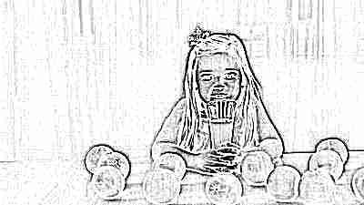 Девочка с апельсинами и апельсиновым соком