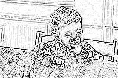 Ребенок пьет воду с глюкозой