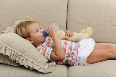 Ребенок пьет воду при повышенном ацетоне