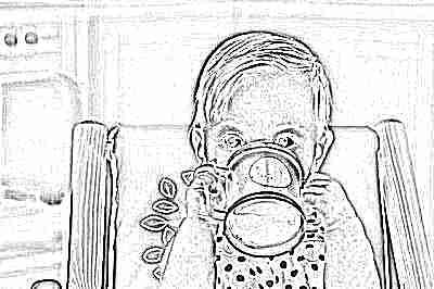 Ребенок пьет яблочный сок