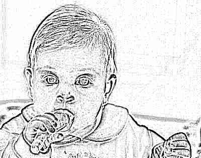Грудничок ест морковь