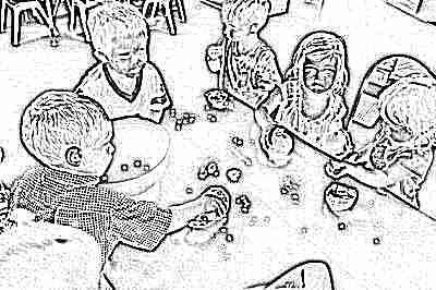 Ребенок ест гранат вместе с косточками