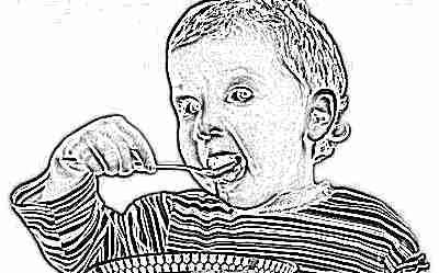 Ребенок ест еду с имбирем