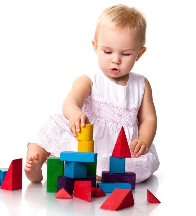 Ребенок строит башню