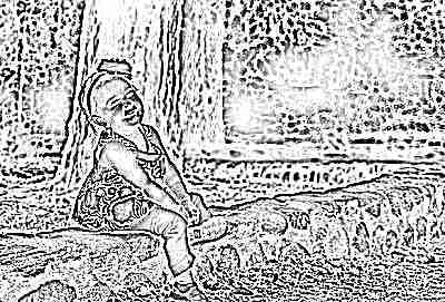 Девочка в 2 года сидит на бревнышке