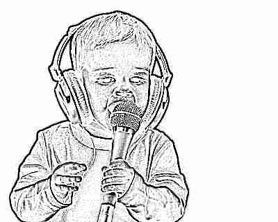Ребенок поет в микрофон