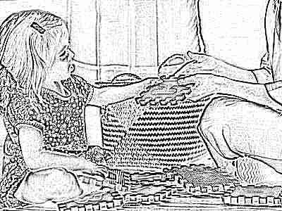 Мама играет с ребенком в пазлы