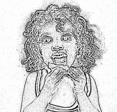 Ребенок с удовольствием ест лимон