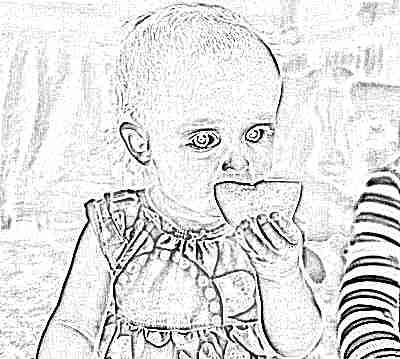 Ребенок ест лимон