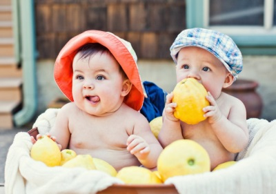 Дети с лимонами